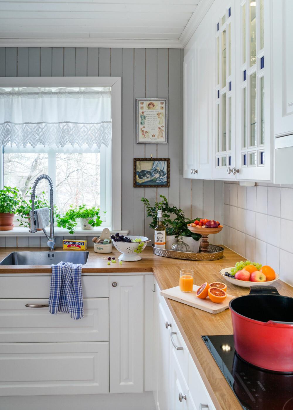 LYSINNSLIPP: Florlette gardiner slipper inn masse dagslys ved kjøkkenbenken.