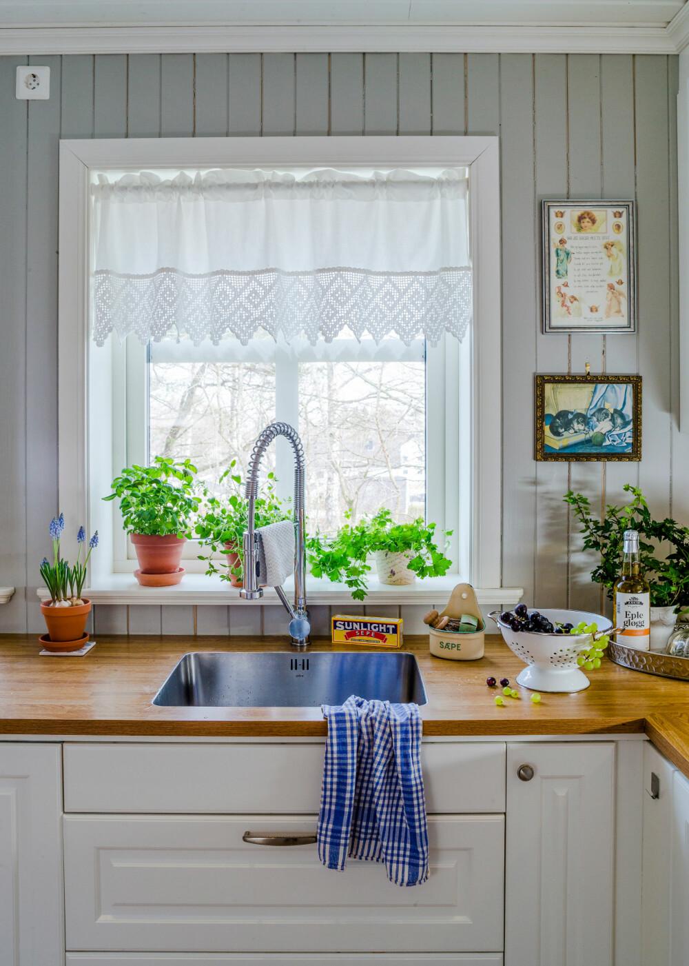 UTSIKT: Randi syns det er deilig med mange vinduer på kjøkkenet og spesielt her ved vasken. Oppvasken går litt lettere med fin utsikt.