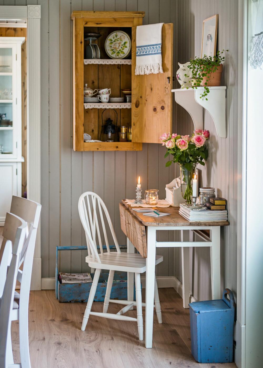 HJØRNEKONTOR: I hjørnet mot stua har familien samlet noen arvede og gamle møbler til en koselig kontorkrok. I skapet viser Randi fram de fineste servisene hun har.