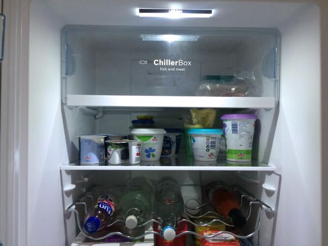 KJØLESKAP: - Nyere kjøleskap har egne skuffer som er beregnet kun for frukt og grønt, og en for fisk og kjøtt, sier Thomas Sedlak, salgssjef for hvitevarer i Elkjøp.