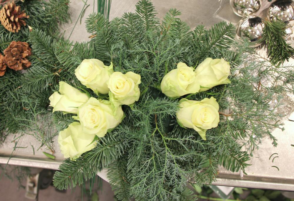 PUNKTER: Det kan være fint å samle blomster og kongler i punkter, da resultatet vil fremstå som roligere.