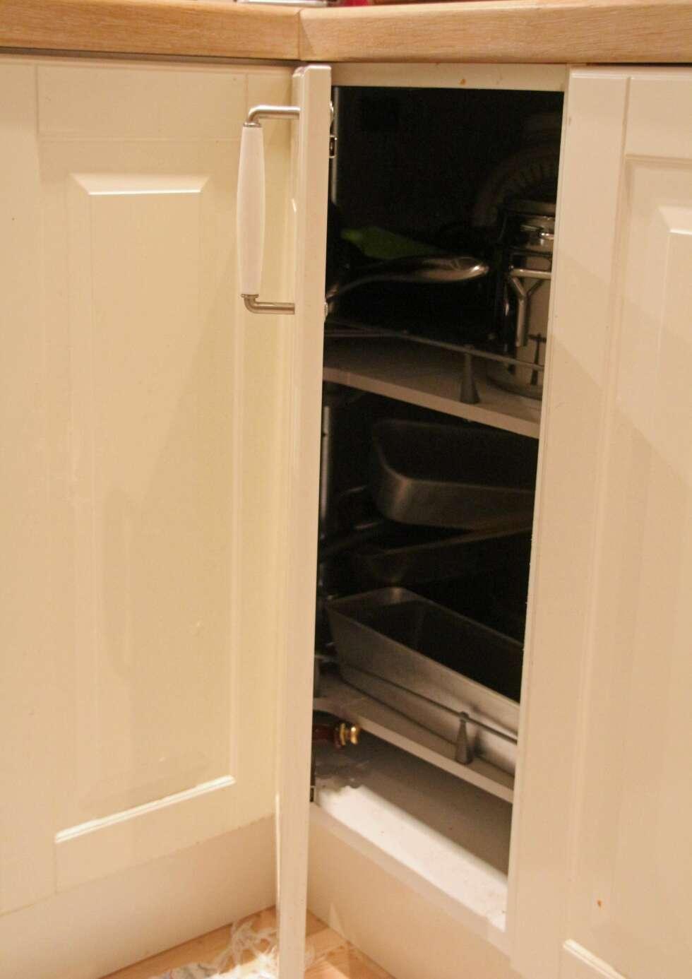 hjørneskap hjørner er alltid en utfordring å møblere i et kjøkken ...