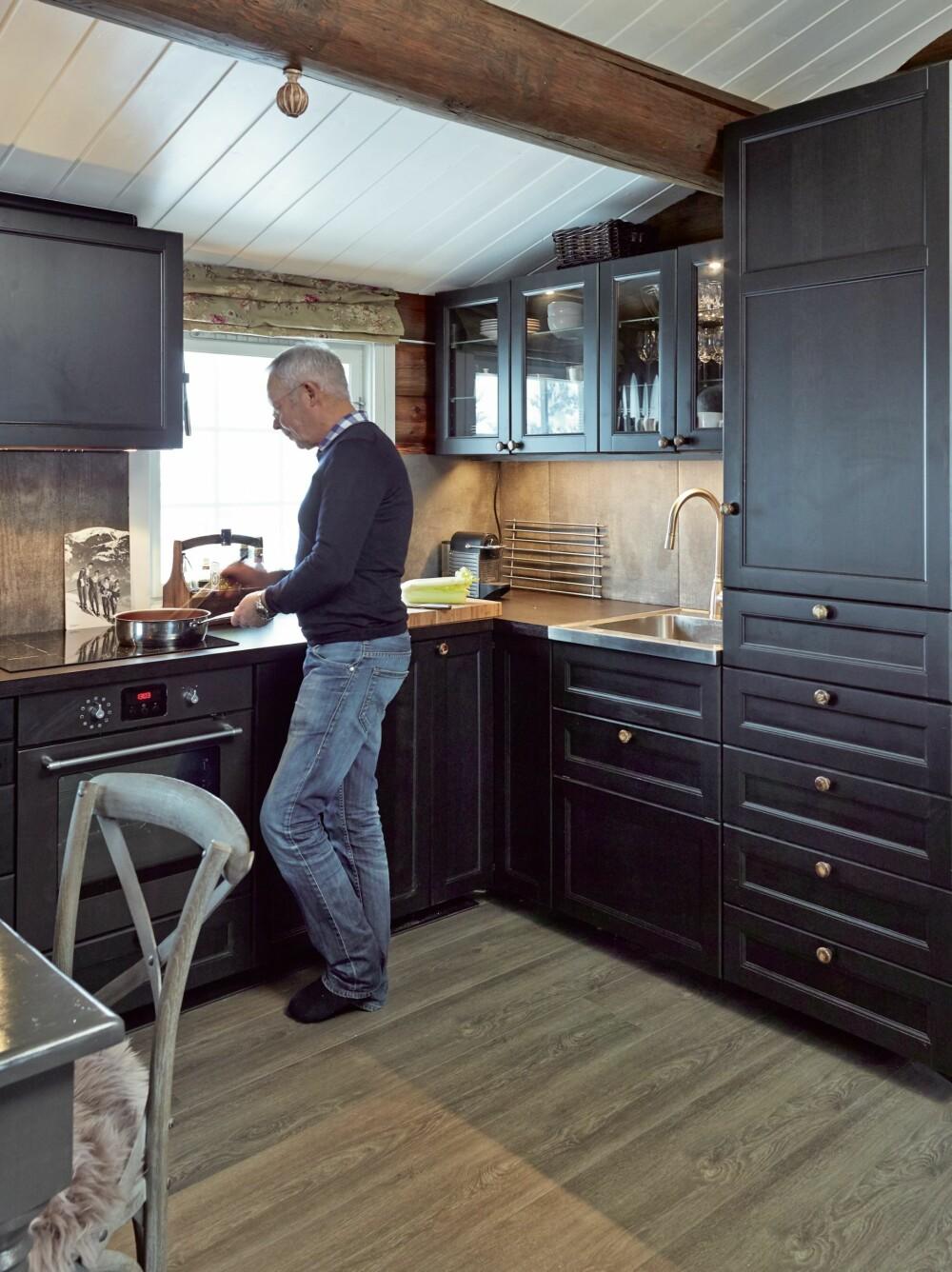 Etter: Den gamle skilleveggen ble revet, og et nytt Ikeakjøkken ble satt inn. Legg merke til veggen mellom kjøkkenbenken og overskapene. Den er flislagt med store, robuste utendørsfliser kjøpt på Magflis. Et fint tips til en moderne og røff interiørstil. Det nye gulvet er designet av Halvor Bakke for Gulvdeal, i en serie som heter Nordic Old Farm i mørk drivved.
