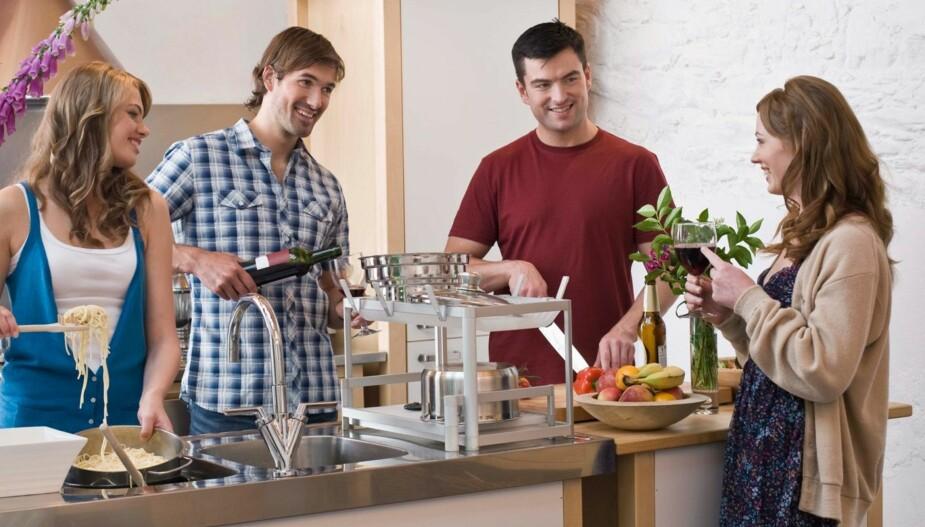 HUSK Å HJELPE: Det er både høflig og viktig å tilby seg å hjelpe til på kjøkkenet når man er på besøk hos noen