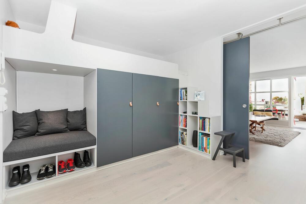 PLASS TIL OPPBEVARING: Har du en vanlig seng, kan det være en idé med skap eller skuffer under sengen. Sofaen kan også plassbygges for å ha oppbevaring under.