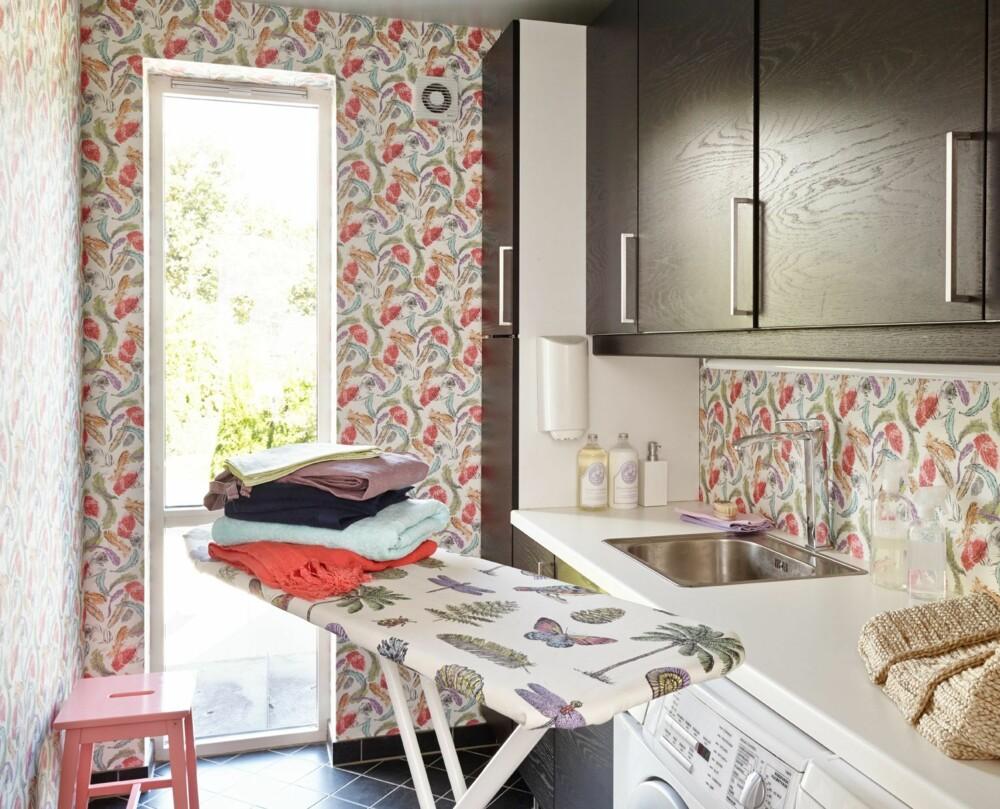 FARGET VASKEROM: I et så herlig og fargerikt vaskerom blir jo det nesten gøy å ta klesvasken? Tale Henningsen i Fargerike synes i alle fall det. - I vaskerommet har fjærene vi har sett en stund tatt en litt annen vri, de er i farger. Deilige lette fjær som svever rundt. Får jo nesten lyst til å brette klær! (Tapeten er hentet fra Borge, Home Passion).