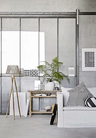 BETONGGULV: Et betonggulv kan oppleves som røft og industrielt, men tilfører man de rette elementer i form av tekstiler og materialer, endrer uttrykket seg umiddelbart. Noe dette feminine rommet er et godt eksempel på. Produktene er fra Tine K Home.