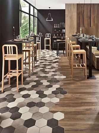 """FLISEFINT: En organisk overgang mellom ulike gulvflater understreker en ledig og avslapept interiørstil. Sekskantede fliser får her lov til å """"spise"""" seg inn på det rustikke plankegulvet. Flisene er fra Bella Studio."""