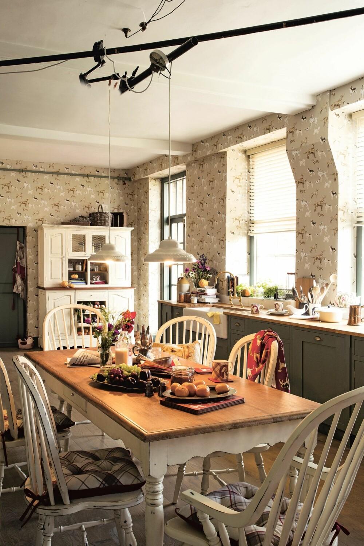 HJERTET I HJEMMET: Et varmt og lunt kjøkken med plass til alt av venner og familie er nesten et must i det landlige, britiske hjemmet.