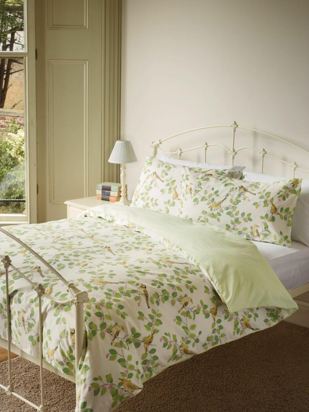 COTTAGESTIL: Å legge seg i dette lyse, delikate soverommet må være perfekt for en god natts søvn.