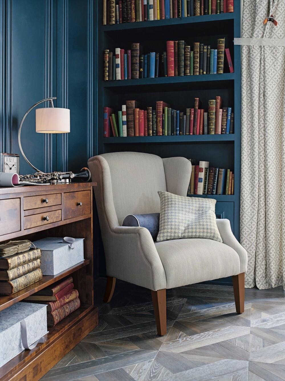 LESEKROKEN: Et bibliotek med vegger av bøker fra gulv til tak er typisk for den britiske herregårdsstilen.