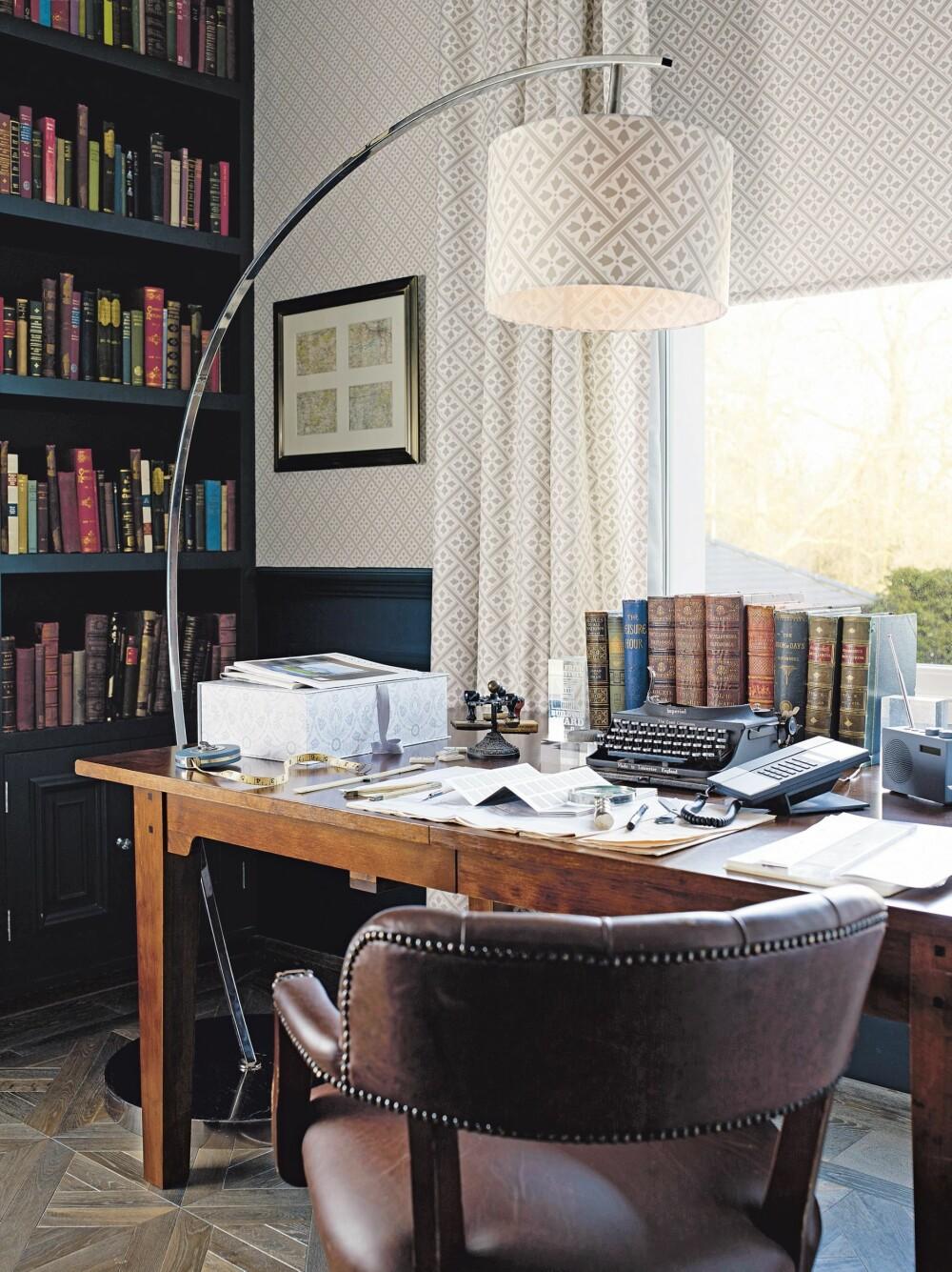 BIBLIOTEK: Skrivebordsstol fra Laura Ashley, kr 13 900.