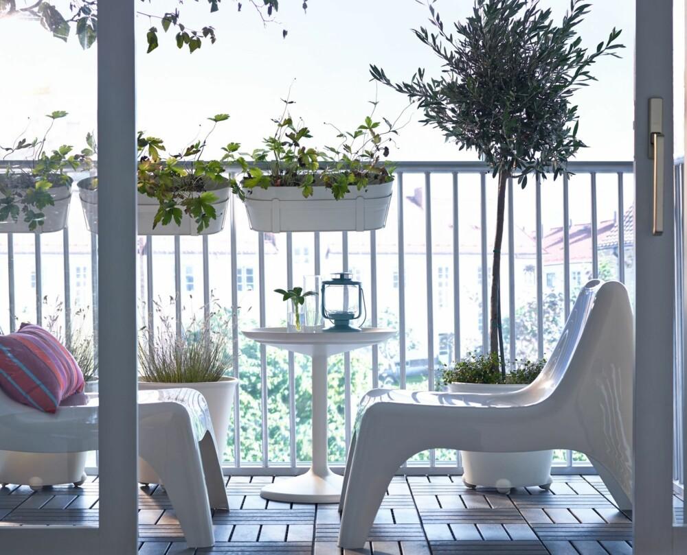 UTNYTT PLASSEN: En liten terrasse kan gjøres veldig fresh og fin med noen lekre utemøbler og grønne planter. Utnytt den plassen du har!