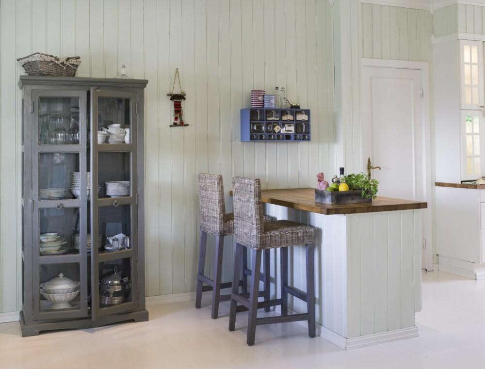 HARMONERENDE STIL OG FARGE: Skapet på kjøkkenet som rommer vakre glass, porselen og terriner, har Vibeke malt selv i en varm grånyanse.