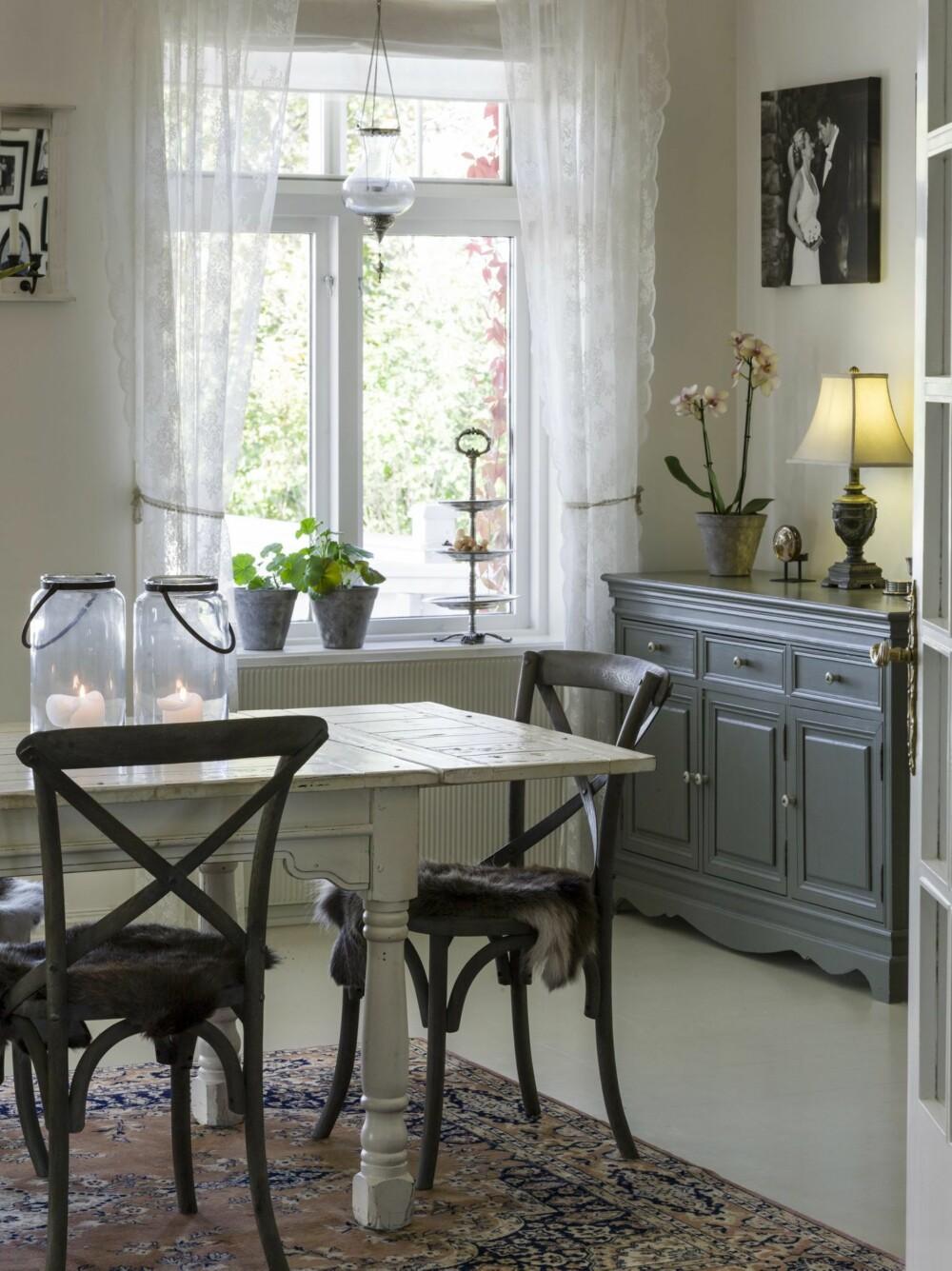 GJENNOMFØRT: Fra hallen kommer du inn til spisestuen, med bord og stoler fra Living. Skjenken er et gammelt møbel som har fått ny farge og nye knotter.  Fra dette rommet er det også utgang til en terrasse.