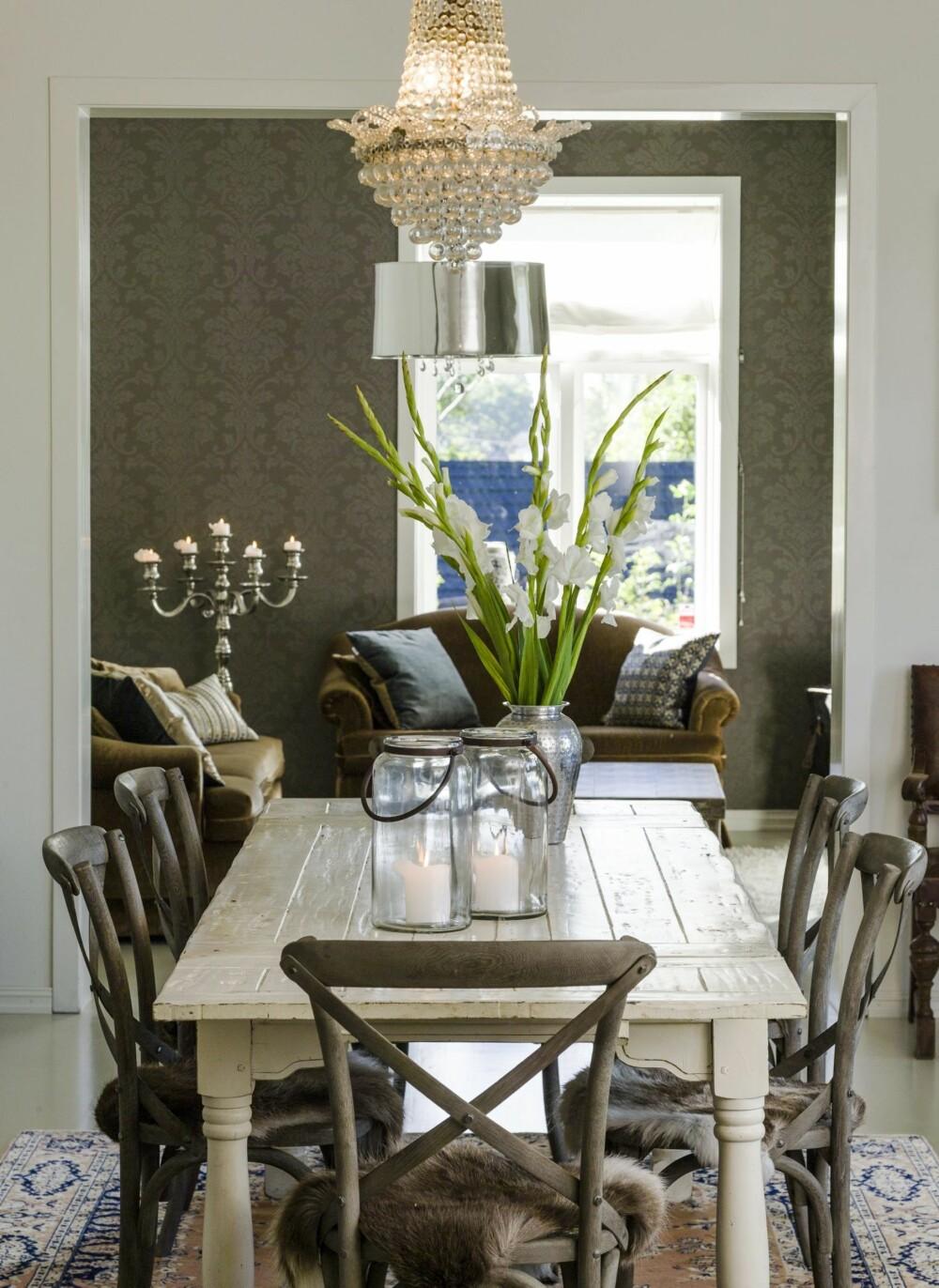 VARME ROM: Fra spisestuen ser man inn i stuen.Tapetet fra Sandberg og sofagruppen i myk velour skaper en varm atmosfære. Over spisebordet henger en lysekrone som Vibeke har etter sine besteforeldre.
