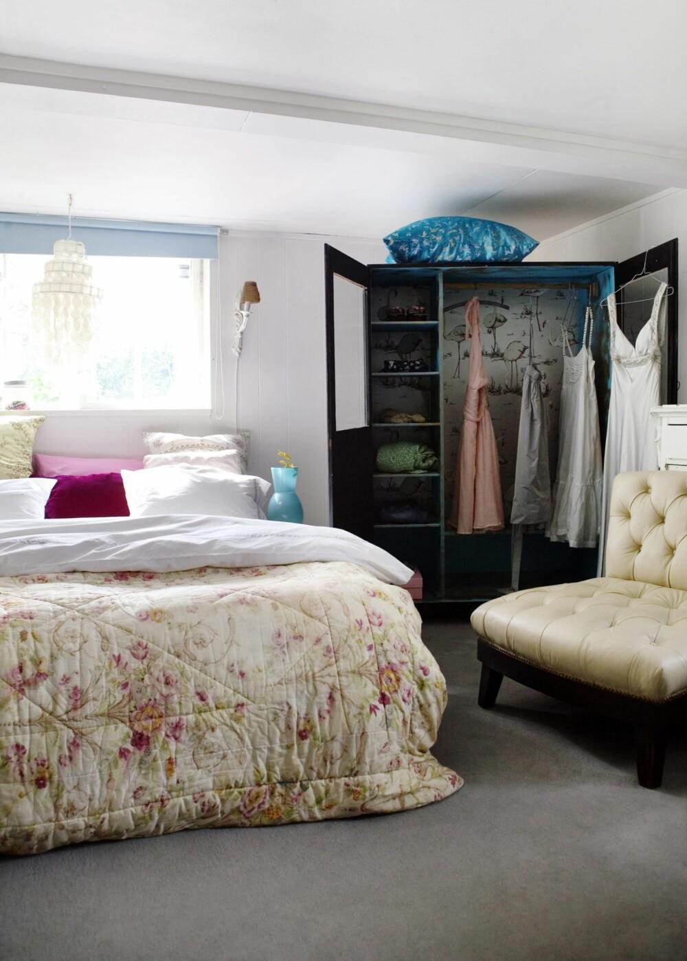 HOTELLSTEMNING: Et sengeteppe, koselige tekstiler og fine puter gir rommet hotellstemning.