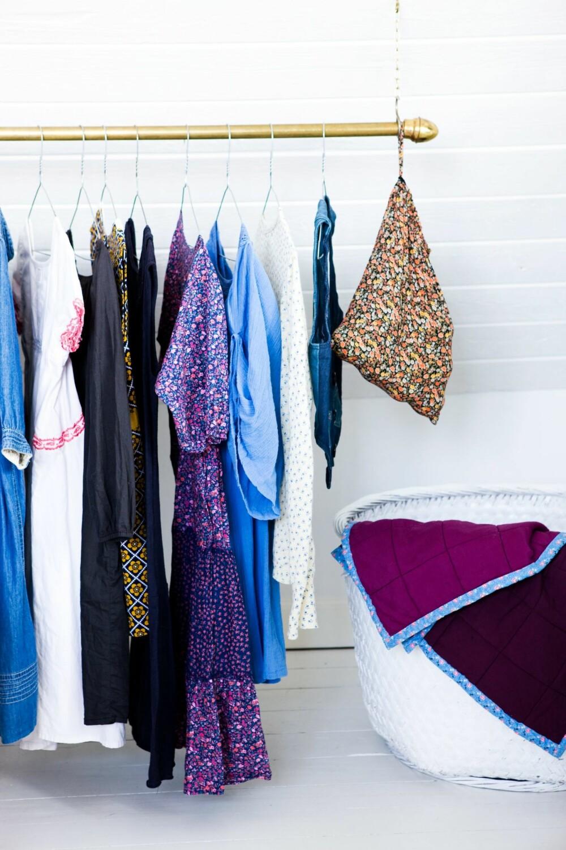PÅ UTSTILLING: Bruk de fineste klærne dine som dekor. Heng dem for eksempel på en stang, som her.