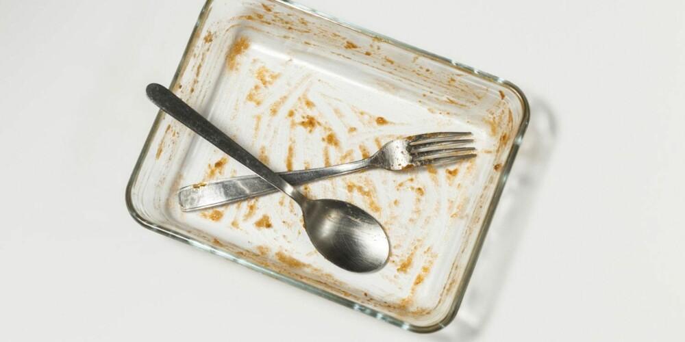 TYPISK: Fastbrente rester i ildfast form, for eksempel etter fløtegratinerte poteter, er ofte vanskelig å få bort. La oppvaskmiddel og vann løse det opp før du begynner å vaske.