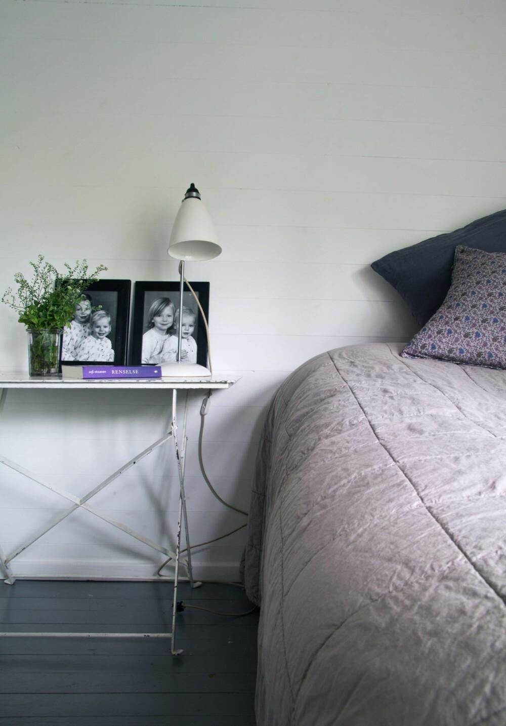 FEMININ STEMNING: Karens soverom er husets minste, med kun plass til seng, bord og garderobeskap. Sengeteppet er fra Tine K Home, nattbordslampen er fra Best Lite.