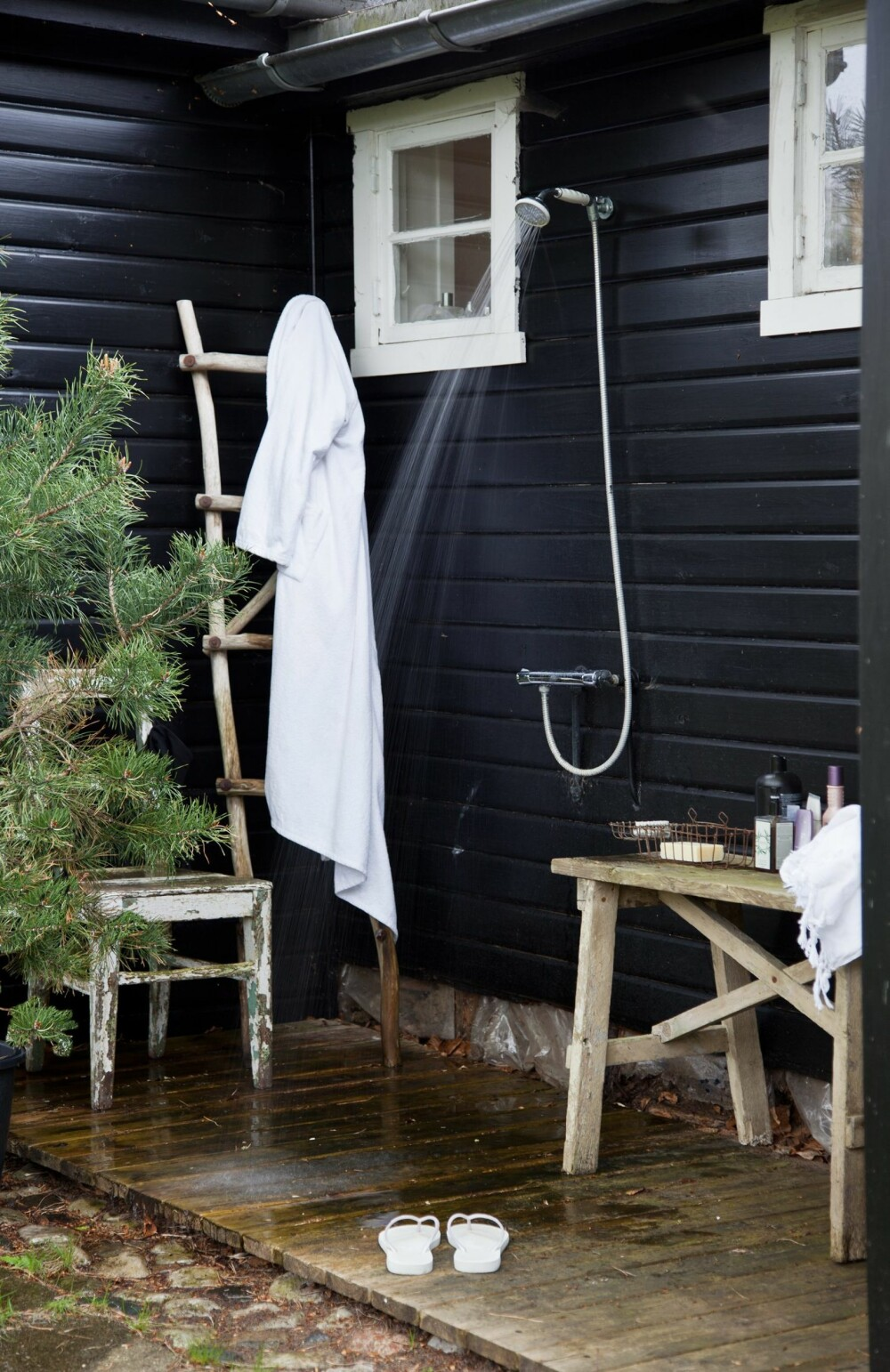 I DET FRI: I sommerhuset foregår dusjingen under åpen himmel. Grantreet i potten gjør jobben som dusjforheng.