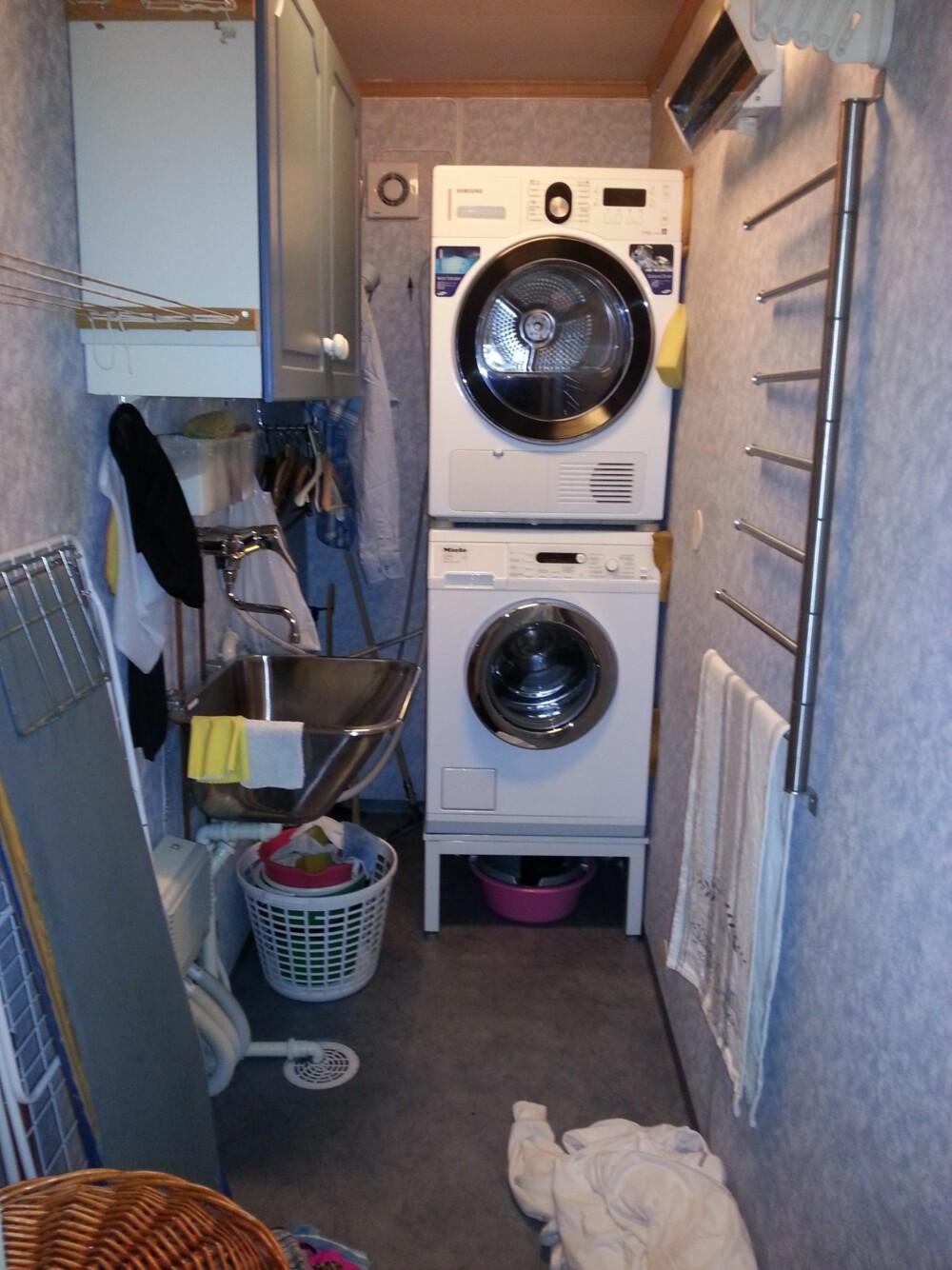 TRANGT VASKEROM: Dette var et kleskott. Vaskerommet var en nødløsning som vi fikk laget i det som egentlig var et garderoberom tilknyttet vårt soverom. Med to små barn orket ikke jeg tanken på å ha vaskemaskinen på kjøkkenet slik de tidligere eierne hadde, sier Hildegunn.