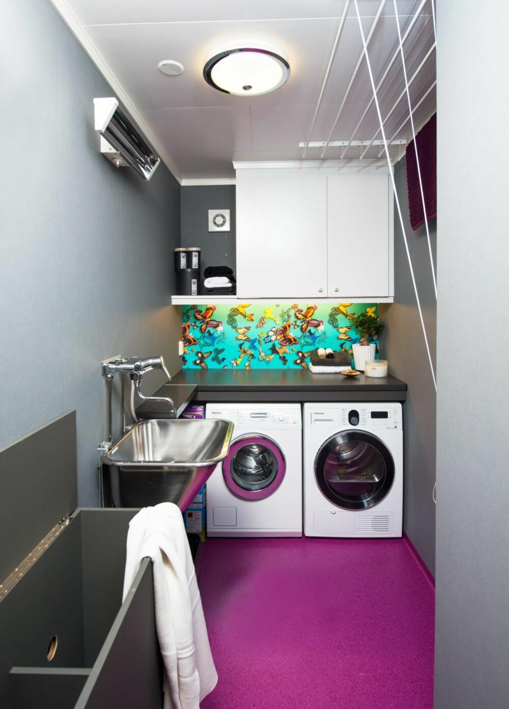 TOK AREAL FRA SOVEROMMET: Vaskerommet fikk 40 cm ekstra bredde ved å krympe soverommet tilsvarende. Tørkestativet i taket er kjøpt hos interiordetalj.no. Den spreke lillafargen på gulvet har gjort at vaskerommet er blitt samtaleemne blant familiens middagsgjester. - På en positiv måte, legger Hildegunn til.