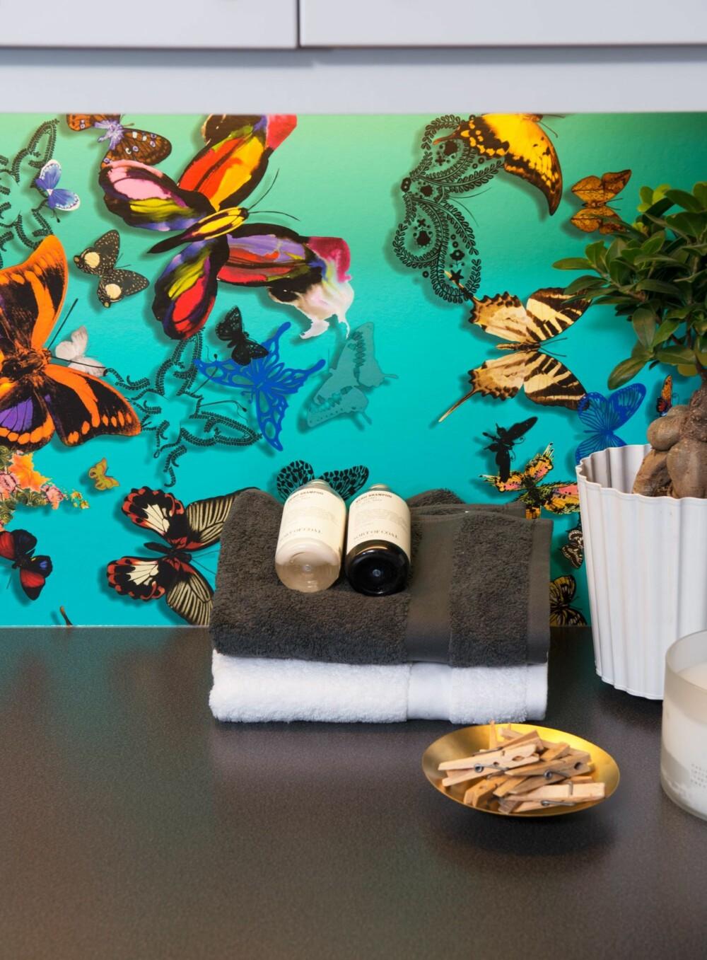 BLIKKFANG: Mellom overskap og benk på vaskerommet valgte interiørarkitekten dette tapetet: OV495-03 i fargen «Multi», design Christian Lacroix for Designers Guild, kr 930 pr. rull. Mot de grå veggene og det lilla vinylgulvet, skaper tapetet dybde og liv i rommet.