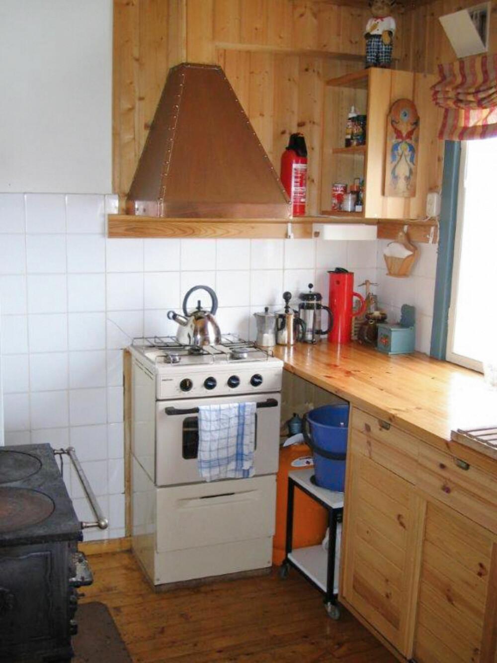 I ALL ENKELHET: Kjøkkenet som sto på hytta, var av den enklere sorten.