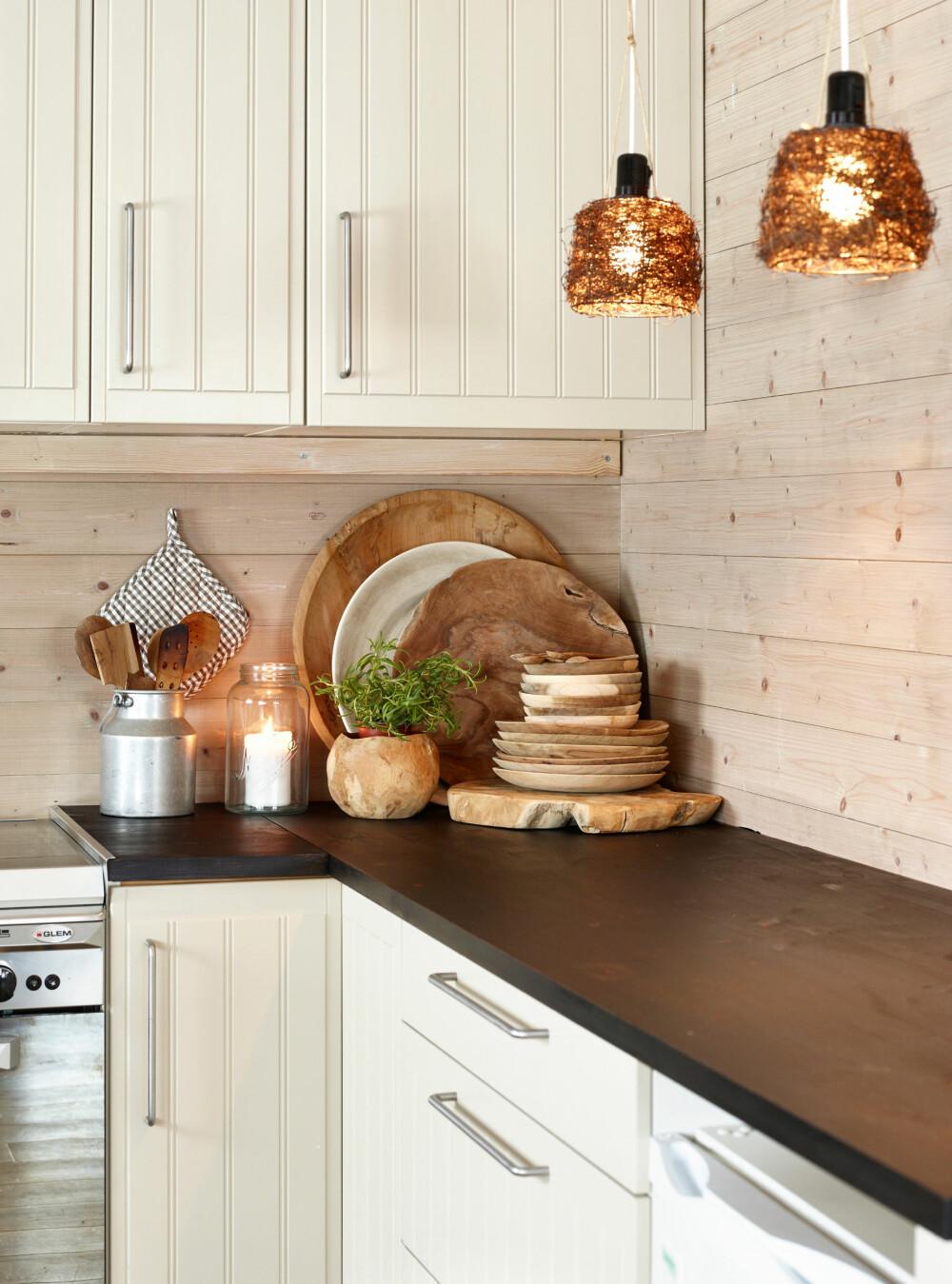 KOSELIG OG MODERNE: Duvbo-kjøkkenet fra Ikea tilfredsstiller familiens ønske om et lyst, pent og funksjonelt kjøkken.