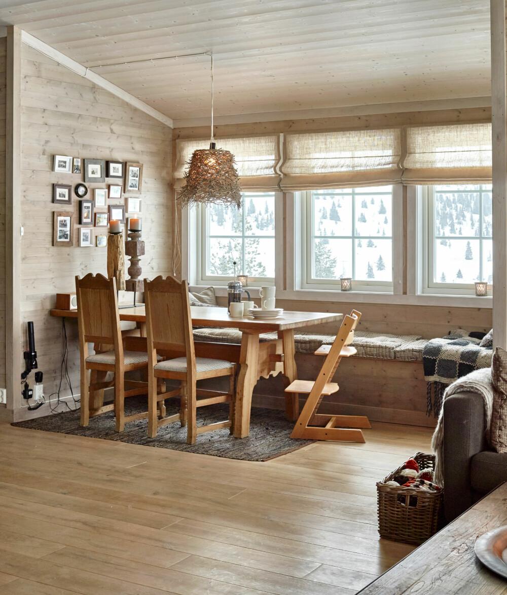 BEVARTE ATMOSFÆREN: Det var viktig for familien å beholde noe som minnet om gamlehytta. Spisebordet og stolene er derfor beholdt. Ellers er alt nytt, fra gulv til skråtak.