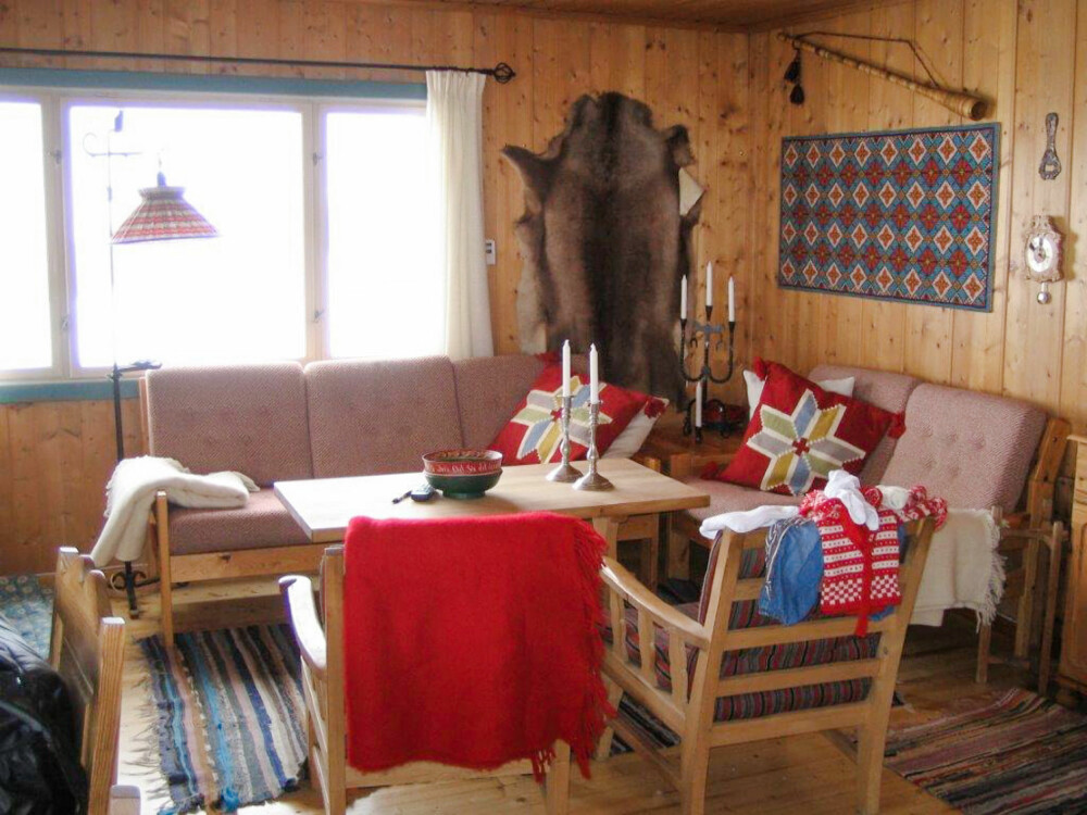 UBEHANDLET: Det var tradisjonelle hyttemøbler og ubehandlet furu som gjaldt da besteforeldrene til Janne bygget hytta.