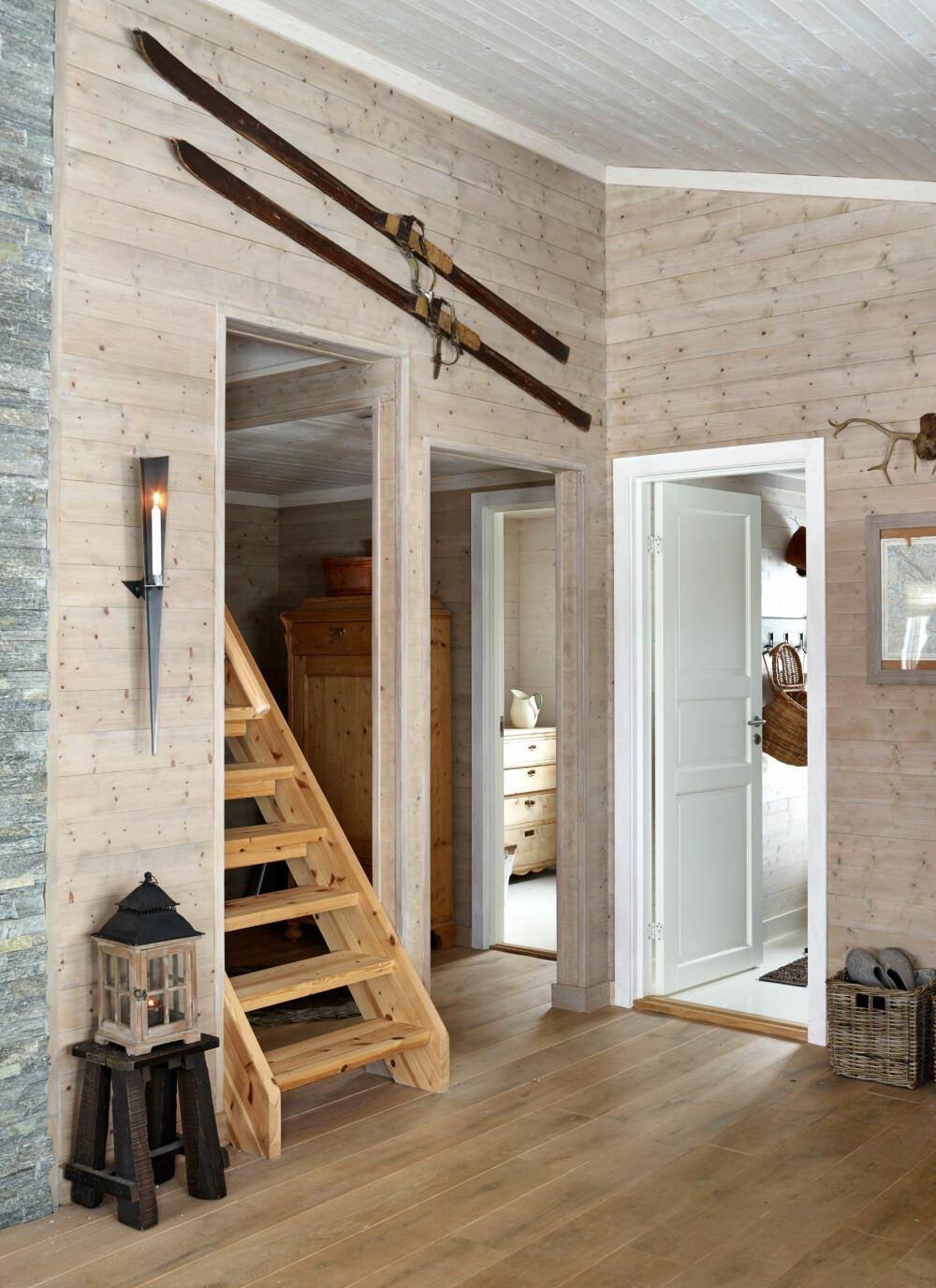 NY TRAPP: Fra gangen ble det laget trapp til det nye hemsloftet. Skiene på veggen tilhørte bestefaren til Janne.