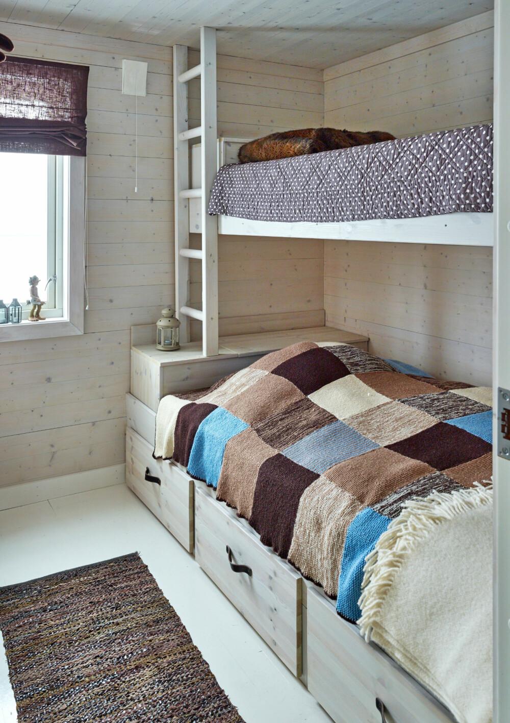 BARNEROMMET: Her har de fått inn en spesiallaget seng med smart oppbevaringskapasitet både i front og i fotenden. Janne hadde funnet et bilde av en seng som hun likte i et boligblad, og fikk en tømrervenn til å bygge en tilsvarende.