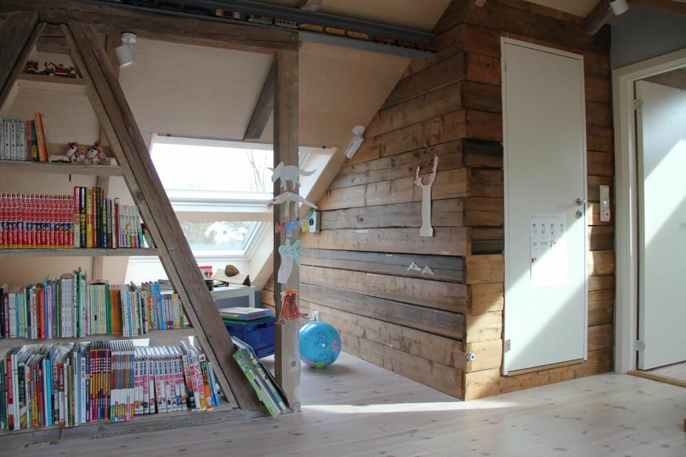 SONER: Noe konstruksjon ble beholdt for å dele inn loftet i ulike soner. Toalettet er bygget i en «laftekasse» av gamle bjelker. FOTO: Austigard Arkitektur AS