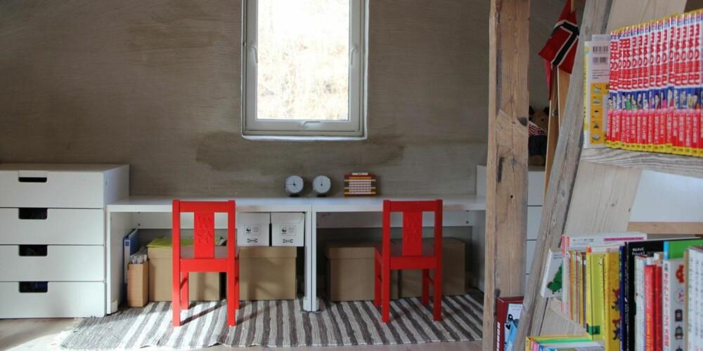 LEKSEPLASS: I den andre enden er det plassert to skriverbord egnet for lekselesing og kunstprosjekter.