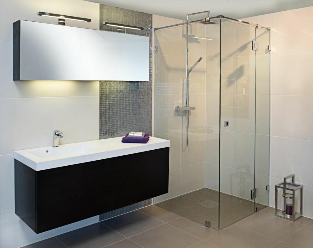 STORT ER TRENDY: Stadig flere velger store fliser på både gulv og vegger på baderommet. I dusjen kan man bruke mosaikkfliser av samme type som på gulvet ellers.