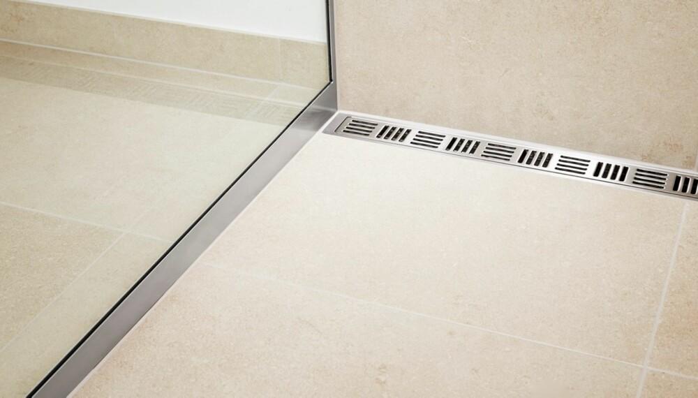 STORE FLISER: Store fliser på badet krever andre tekniske løsninger til både dusjsone og avrenning. Her er det dusj med avlangt sluk fra Unidrain.