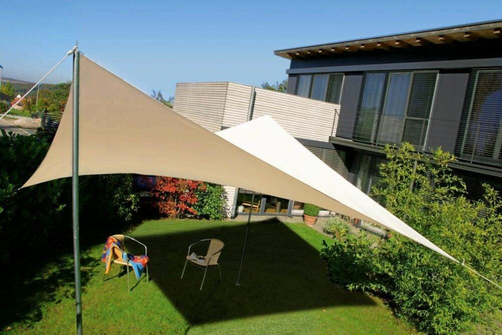SOLSEIL: Flere og flere bruker solseil for å skjerme for sol og regn i hage og på uteplass. FOTO: Sveinung Bråthen