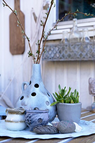 GRØNT ER SKJØNT: Gjessing flytter gjerne planter ut, hvertfall på dagtid, for å friske opp uteplassen tidlig på våren.