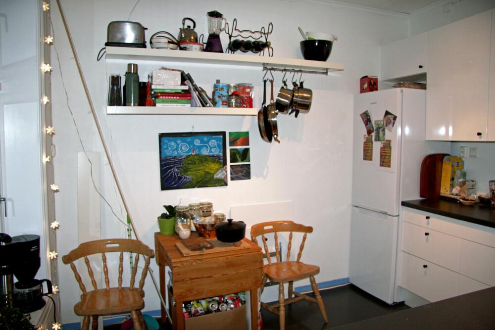 FØR 1:Kjøkkenet hadde upraktiske løsninger, for få oppbevaringsmuligheter og var rotete. (FOTO: Privat)