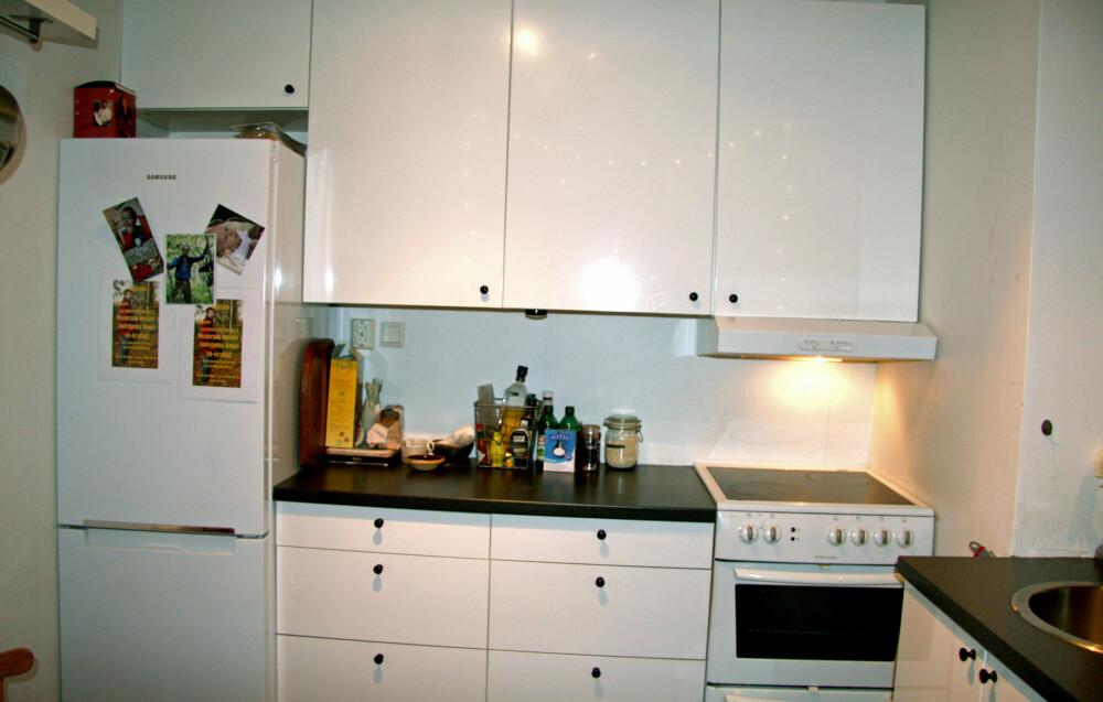 FØR 2:Kjøkkenet hadde upraktiske løsninger, for få oppbevaringsmuligheter og var rotete. (FOTO: Privat)