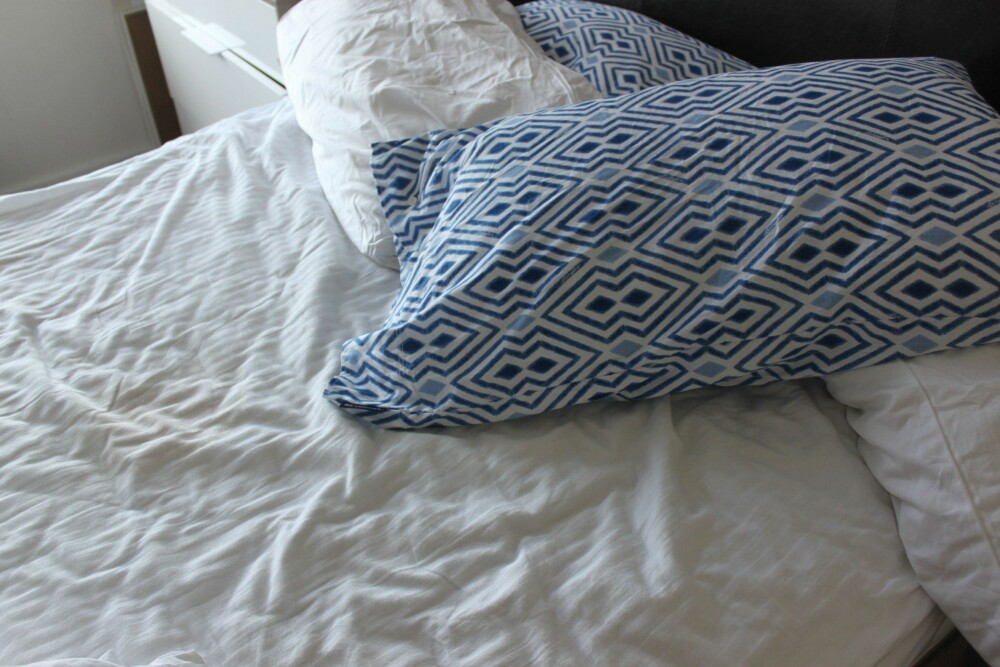TETT PÅ: Både sengetøy og madrass er for undertøy å regne, mener ekspertene. Da sier det seg selv at du bør være nøye med rengjøring. FOTO: Trine Jensen