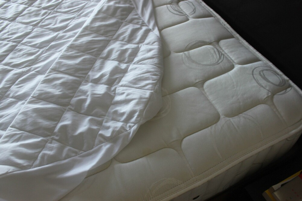STØVSUG: Det beste du kan gjøre i kampen mot støv og midd, er å støvsuge madrassen din regelmessig. FOTO: Trine Jensen