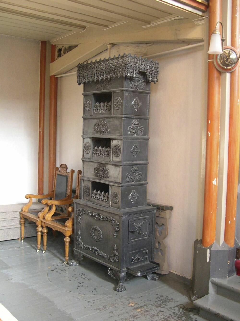 ETASJEOVN: Tidlig på 1700-tallet kom etasjeovnene, som skulle utnytte brenselet bedre.