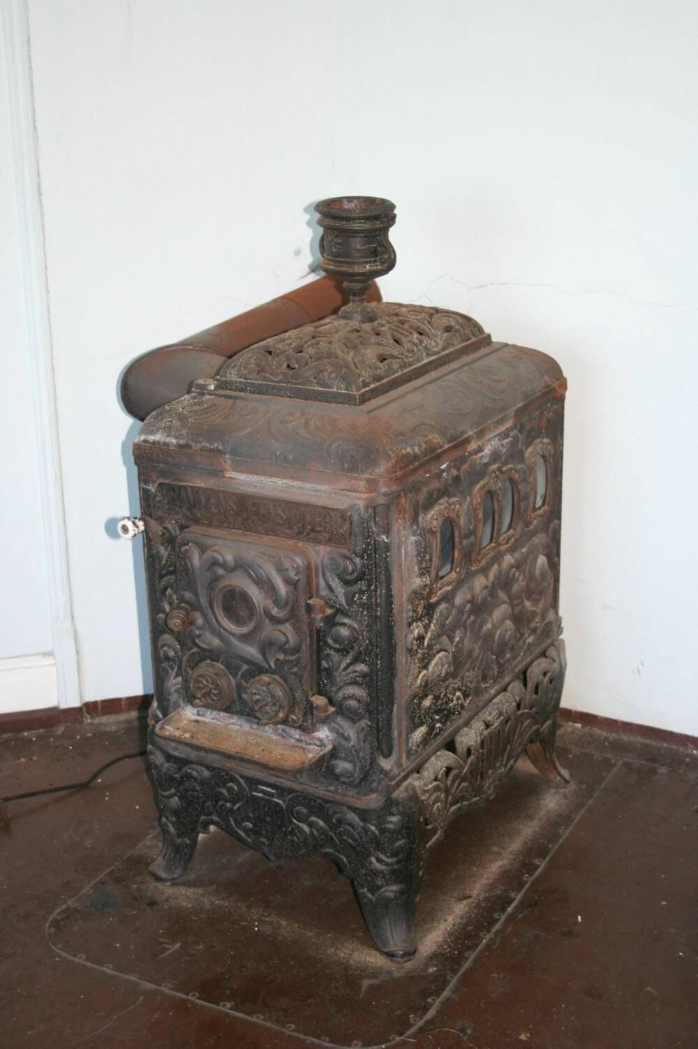 BJØRNOVN: Denne ovnen har sekundærforbrenning. Den har stått i en tidligere professorbolig og ble oppført i 1899.