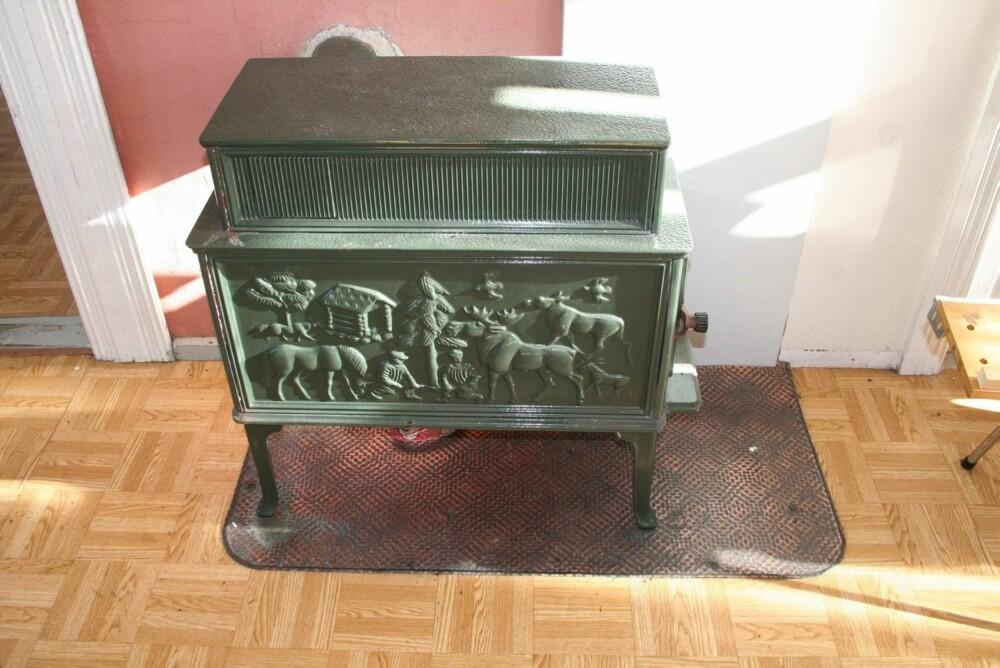 ENKLE: Utover 1930-tallet markedsføres mer enkle vedovner, gjerne kalt kubbeovner eller kojeovner. De kunne bli brukt til kombinert oppvarming og matlaging.Her fra Sion bedehus i Flekkefjord.