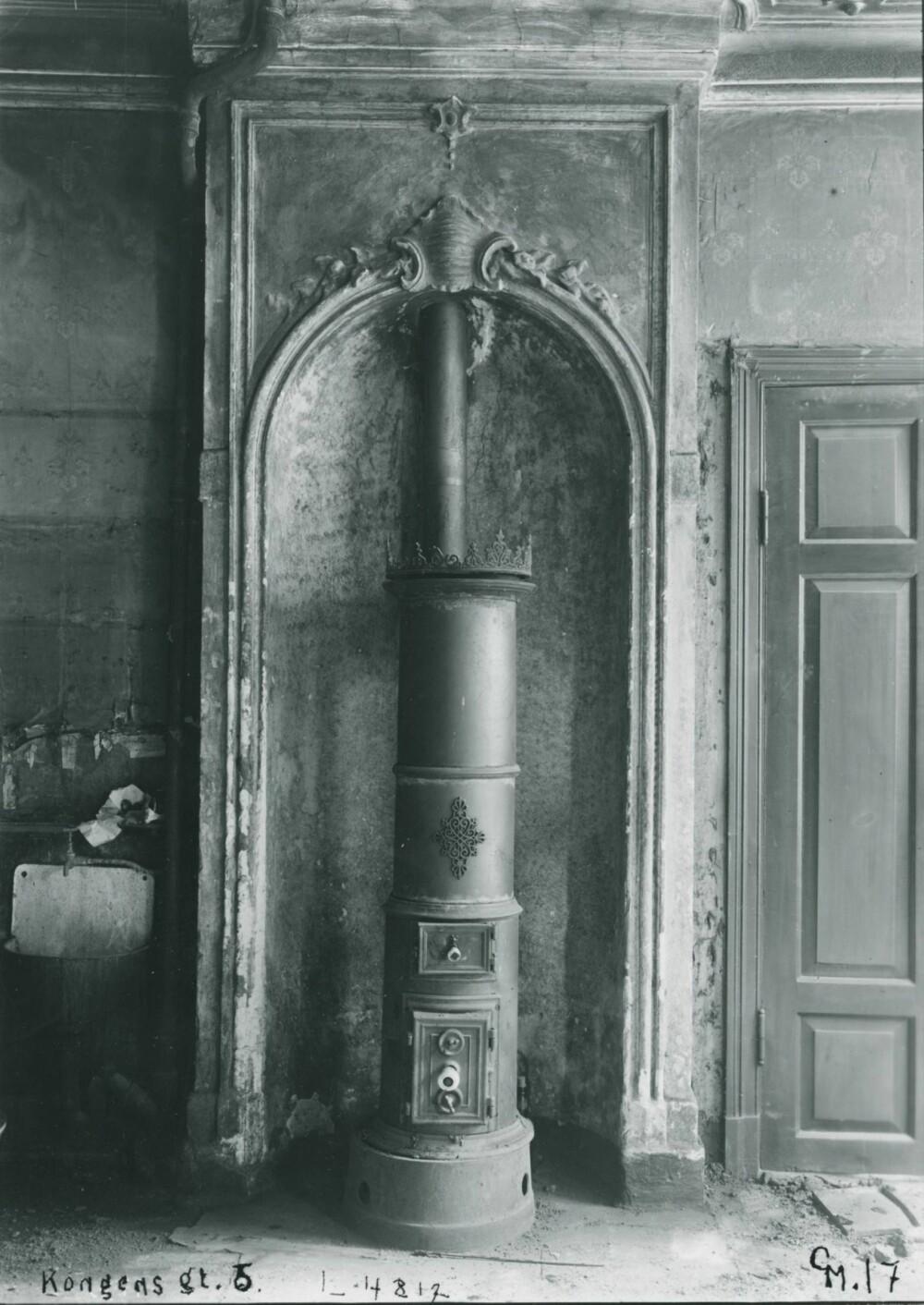 REVET: Riksantikvaren håper flere ser den kulturhistoriske verdien av å bevare gamle ovner. Denne sto i Kongens gate 5 i Oslo,men ble revet i 1956.