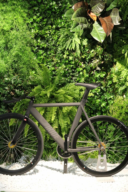 GRØNT: Sykkelen kan gjerne stå inne i huset i høst. Dette bildet ble tatt på interiørmessen i Milano.