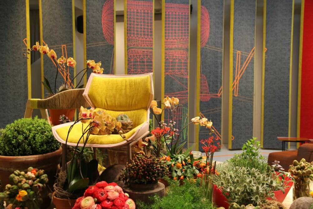 FRODIG: Interiøret kan gjerne bugne av blomster og vekster slik som på denne standen på messen i Milano.